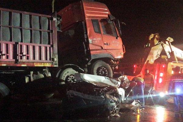 济南发生重大车祸 货车冲进车流多车连撞