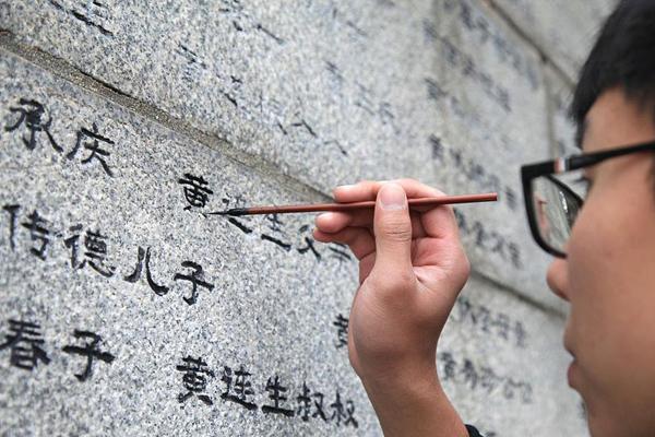 """南京大屠杀80周年 学生为遇难同胞名字""""描红"""""""
