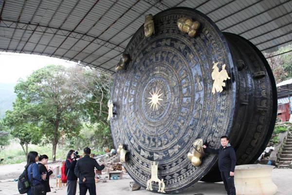 """广西铸造""""世界最大铜鼓"""""""