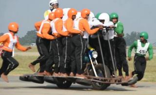 印度军队摩托又创载人世界纪录