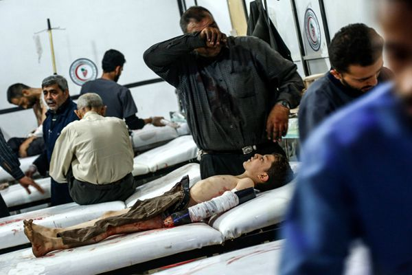 叙利亚杜马遭袭至少10死60伤 父亲面对儿子尸体伤心欲绝