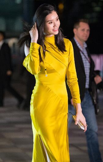 奚梦瑶穿黄色开衩长裙秀腿 妩媚妖娆