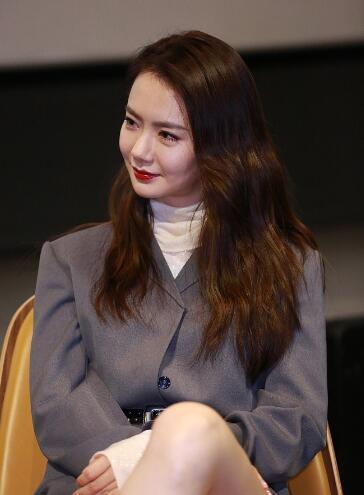 戚薇宣传新片大秀美腿 俏皮可爱心情好