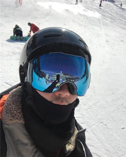蒋劲夫滑雪玩自拍 全副武装只露出小胡子