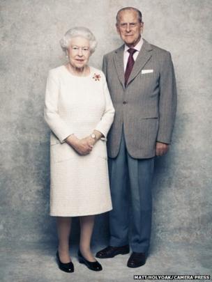 """白金汉宫发布英女王夫妇最新一辑""""白金婚""""合照(图)"""