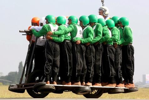 """印度士兵开挂58人""""骑""""一辆摩托车"""