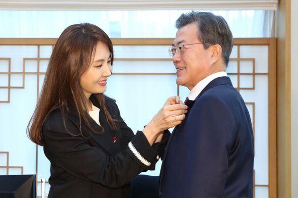 """韩总统做了这件事后,一位女明星亲赠""""爱的果实""""!"""