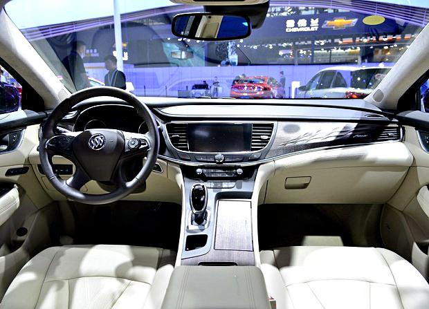 上汽通用别克 君越 2018款 28T Avenir   君越Avenir的车内顶衬、遮阳板以及门柱都采用创新麂皮绒面料包覆,拥有出色的质感。菱形编织美学符号也运用在座椅、中控面板和车门饰板处。此外,Avenir的座椅将选用上等公牛皮打造。Avenir子品牌还将为用户提供专属的私人定制化服务,包括免费GL8租赁、机场接送、道路救援、内饰深度清洁等,满足车主更多日常生活需求。