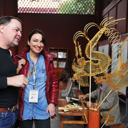 外国记者参观传统手工艺品