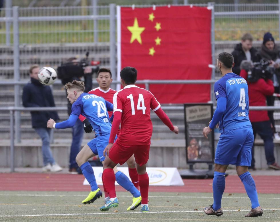 """观众席有人挂""""藏独""""旗挑衅 中国球员在德退场抗议"""