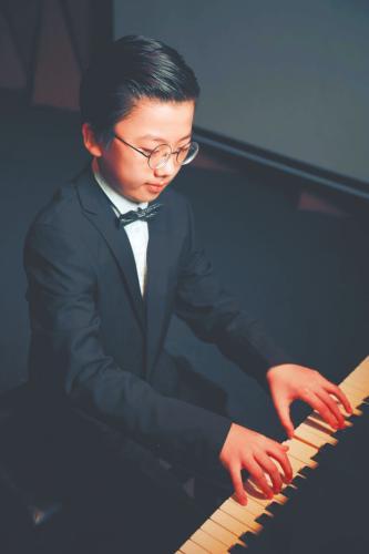 """10岁男孩的""""开挂""""人生:开钢琴音乐会 写万字英文小说"""
