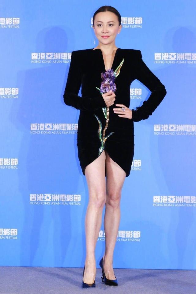 刘嘉玲52岁时尚品味再创新高,衣服一短再短,穿睡衣戴面具很惊艳