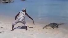 男子徒手投喂鳄鱼自称玩宠物 专家:你是在玩命