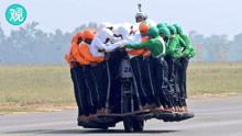 """印军""""龙卷风""""特技表演队58人一摩托创造新世界记录"""