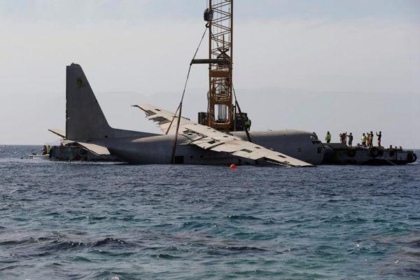 C130军用运输机被扔进红海充当珊瑚礁
