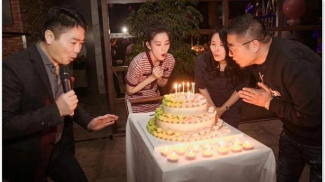 章泽天24岁生日 刘强东送两米高玫瑰花熊