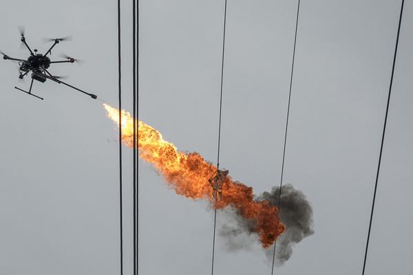 海南海口:用无人机喷火作业 清除线路漂挂物