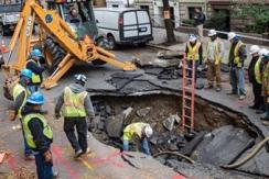 """美媒盘点""""最可怕的坑""""——路面塌陷"""