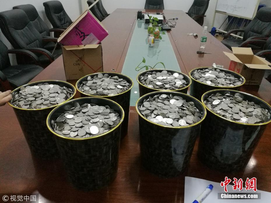 山东一男子携6袋硬币购车 10名工作人员数了3小时