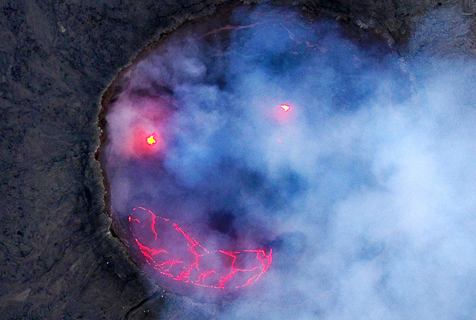 非洲火山爆发炙热熔岩形成诡秘笑脸