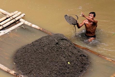 印尼传统采砂工人潜水捞砂一车售200