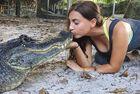 美女子与鳄鱼亲吻成网红