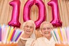 英孪生姐妹共度101岁生日