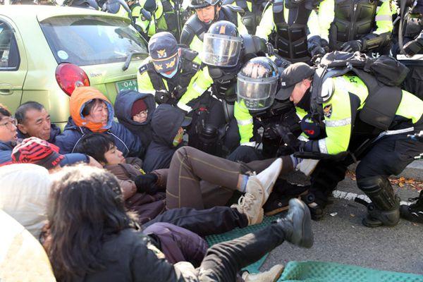 韩方为萨德基地装暖气遭抵抗 警民冲突多人受伤