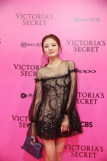 安以轩受邀现身维密秀  黑色薄纱短裙显完美比例