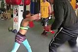 美8岁女孩展示惊人拳击技巧