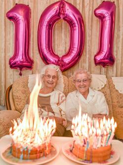 姐妹共度101岁生日成英最老双胞胎