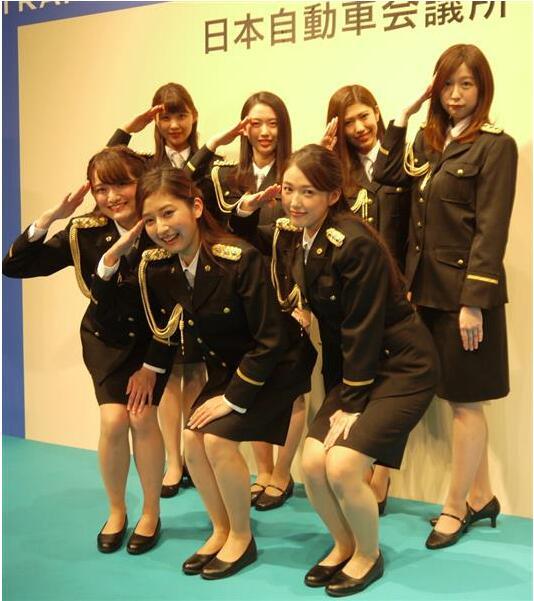 日本大学生选美小姐着警服参加交通安全活动