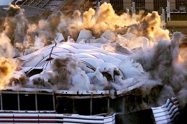 美国乔治亚巨蛋圆顶爆炸倒塌 场面震撼壮观