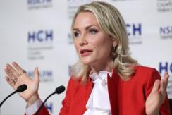 俄美女歌手竞选总统 着红装出席记者会