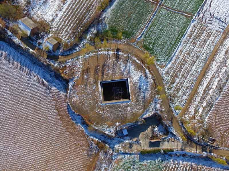 俯瞰:山西平陆雪后黄土高原地坑院