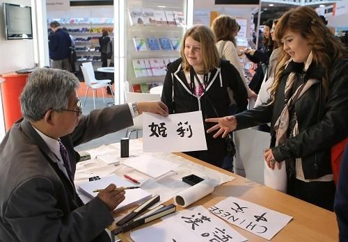 """华人子女需""""养而教"""" 学中文不能只交给学校"""