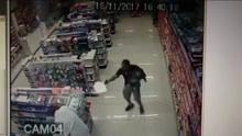 奶爸警察邂逅超市劫匪 抱娃开枪两不耽误