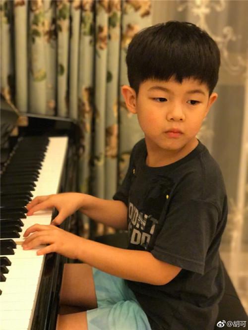 安吉含着眼泪弹钢琴,他说的这句话感动了所有人