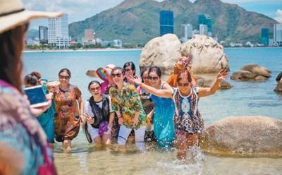 中国侨网随着中国和东盟国家交往日趋紧密,赴东南亚国家旅游的中国游客逐年增多。图为日前中国游客在越南旅游城市芽庄合影留念。