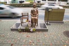 韩国釜山使馆前 慰安妇雕像戴上了围巾