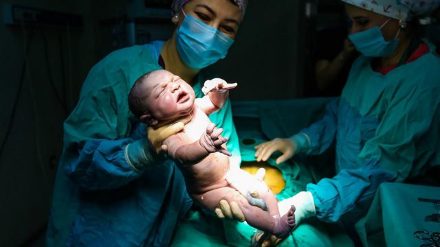 迎接小天使降临:记录产房内分娩过程