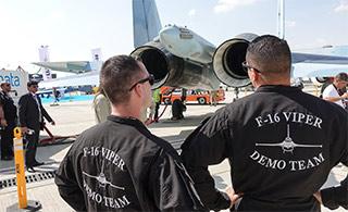 航展上F16飞行员围观俄苏35战机