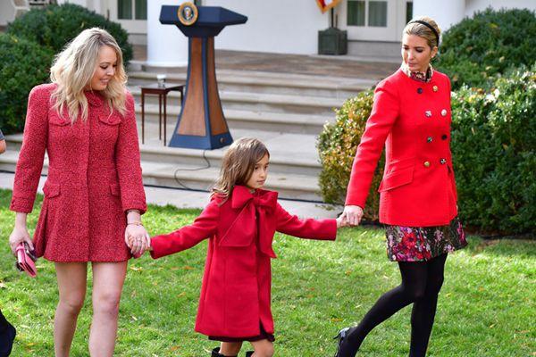 伊万卡携家人白宫出席赦免火鸡仪式 红装花裙亮眼