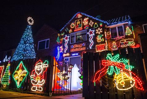 英夫妇打造圣诞房屋为儿童医院筹款