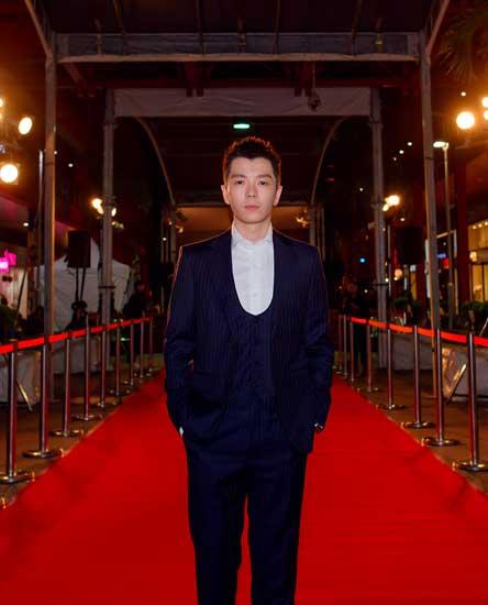 王栎鑫亮相金马红毯 《嘉年华》首映反响热烈