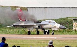台战机撞鸟飞行员成功着陆获奖励