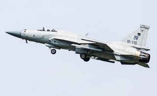 迪拜航展上中巴枭龙战机一展身手 动作轻盈灵活