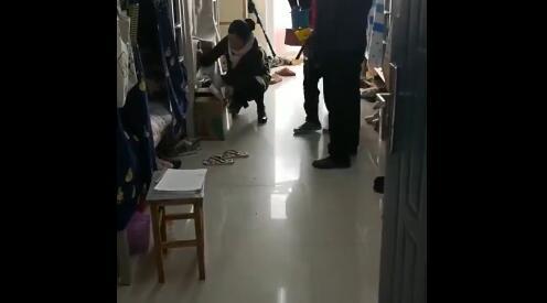 男老师突闯女寝查违规电器 女生没穿衣服吓得钻进被窝