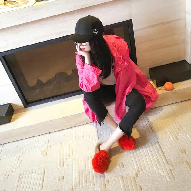 工作室曝杨幂私下面貌 素颜穿拖鞋坐地板接地气