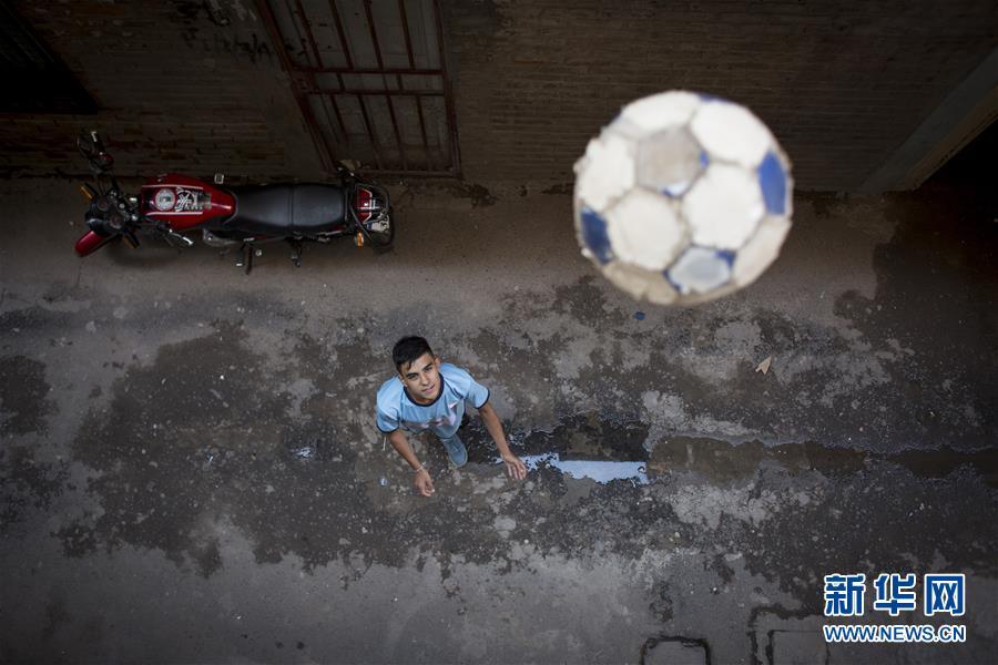 阿根廷贫民窟少年的足球梦 每日生活三点一线